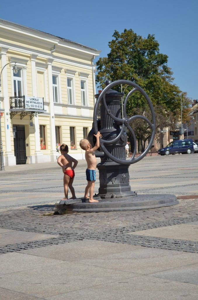 Kielce dzieci bawiące się na rynku fot. Przemysław Bentkowski
